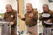 El maestro voluntario Dennis Prendergast enseña la clase sobre envasado a presión.