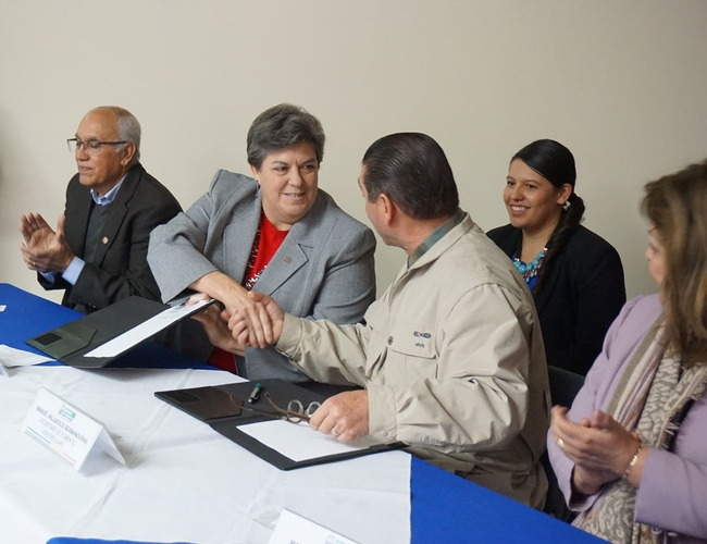 UC ANR Vice President Glenda Humiston, left, and Baja California Secretary of Agriculture Development Manuel Vallodolid Seamanduras shake hands in January 2017 after signing an agreement to establish a 4-H Club in Mexicali.