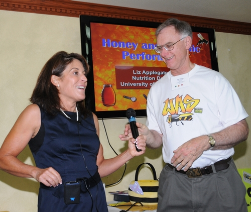 THE HONEY PEOPLE--Honey bee specialist Eric Mussen, the 2008-09 president of the Western Apicultural Society (WAS), chats with Liz Applegate, a nationally renowned nutritionist and fitness expert who praised the virtues of honey at the WAS meeting. (Photo by Kathy Keatley Garvey)