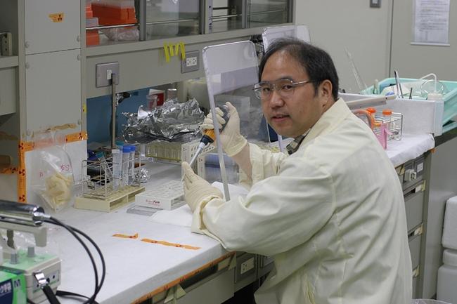 Chemical ecologist Yuko Ishida in his lab in Toyama.