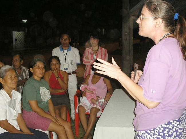 UC Davis epidemiologist Amy Morrison discusses dengue with Iquitos residents.