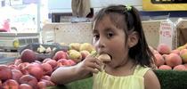 Niña comiendo frutas for Cómo vivir más saludable Blog