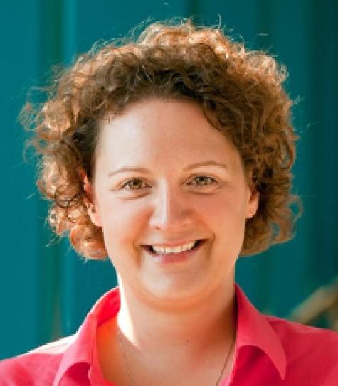 UC Cooperative Extension apiculturist Elina Lastro Niño.