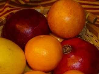 Canasta de frutas del otoño con granadas