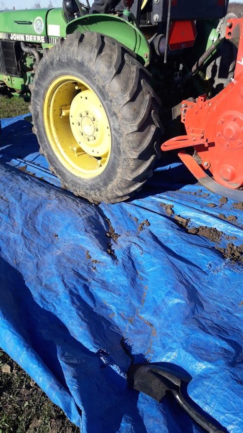 Suelo recogido desde las ruedas del tractor y el rotavator (tiller) y recolectado en una lona de plástico.