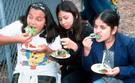 Haga clic en la foto(girls eating)