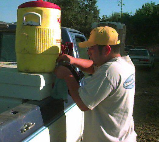 Es importante beber agua a menudo para reemplazar el agua perdida por el cuerpo al sudar.
