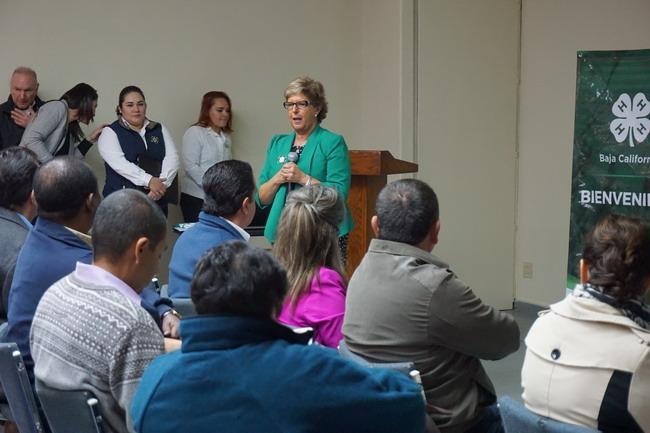 """Lupita Fábregas (centro) dijo: """"Este no es solo un programa de desarrollo juvenil, también trae esperanza y oportunidad""""."""