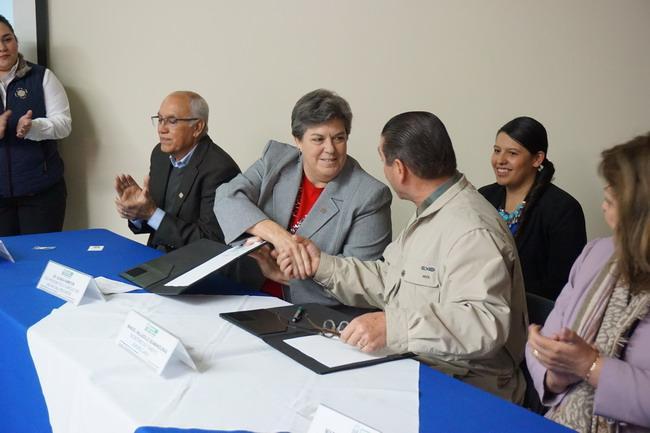 Glenda Humiston (centro) y Manuel Valladolid Seamanduras (derecha) firman el memorando de entendimiento.