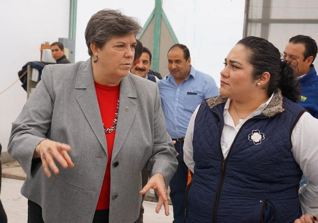 Michelle Dojaquez (drha) del programa para el Departamento de Agr. de Baja California y coordinadora del nuevo club de México, conversa con Glenda Hum