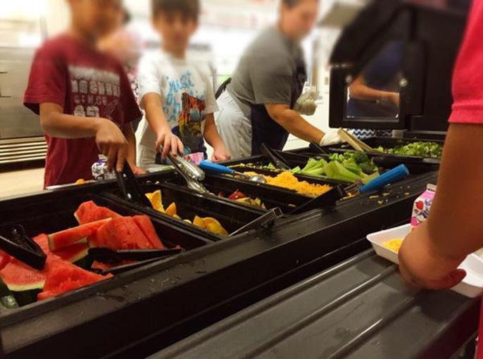 Las frutas y verduras del Distrito Escolar de Riverside se adquieren frescas de las granjas locales y preparadas en las escuelas.