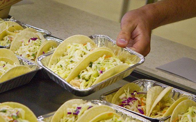 El programa Bay2Tray suministra pescados frescos a las escuelas para servir en los almuerzos en tacos y sopas. Foto: Real Good Fish